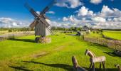 Um moinho de vento de madeira em Angla, ilha Saaremaa, Estónia