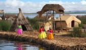 A vila de flutuação de Uros . Lago Titicaca é o maior lago da América do Sul eo lago navegável mais alto do mundo