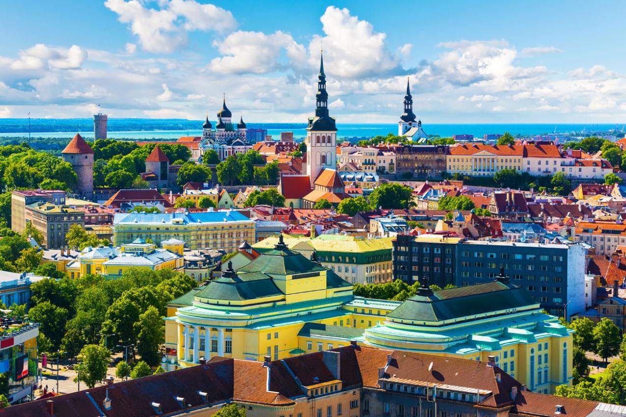 Vista aérea da arquitetura da cidade antiga de Tallinn, Estónia no Veraõ