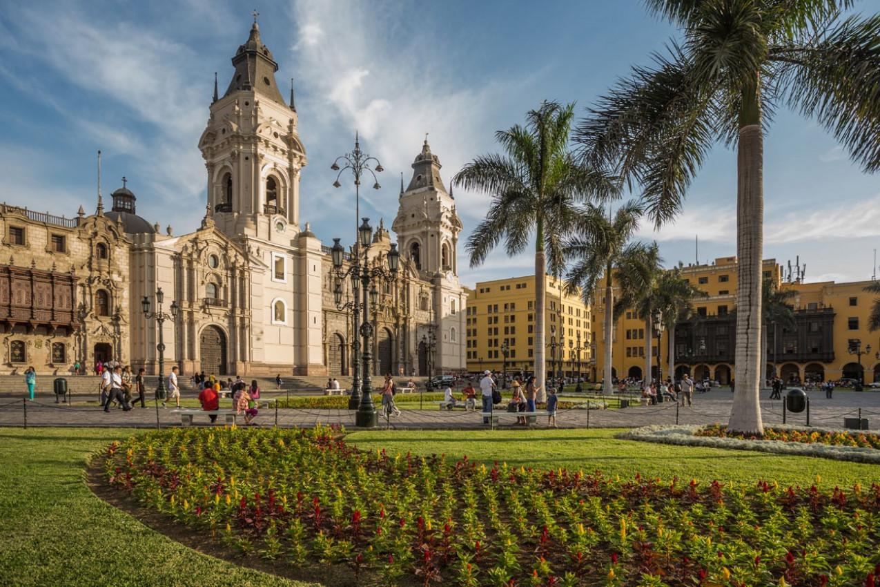 Vista da igreja catedral e da praça principal da cidade para baixo