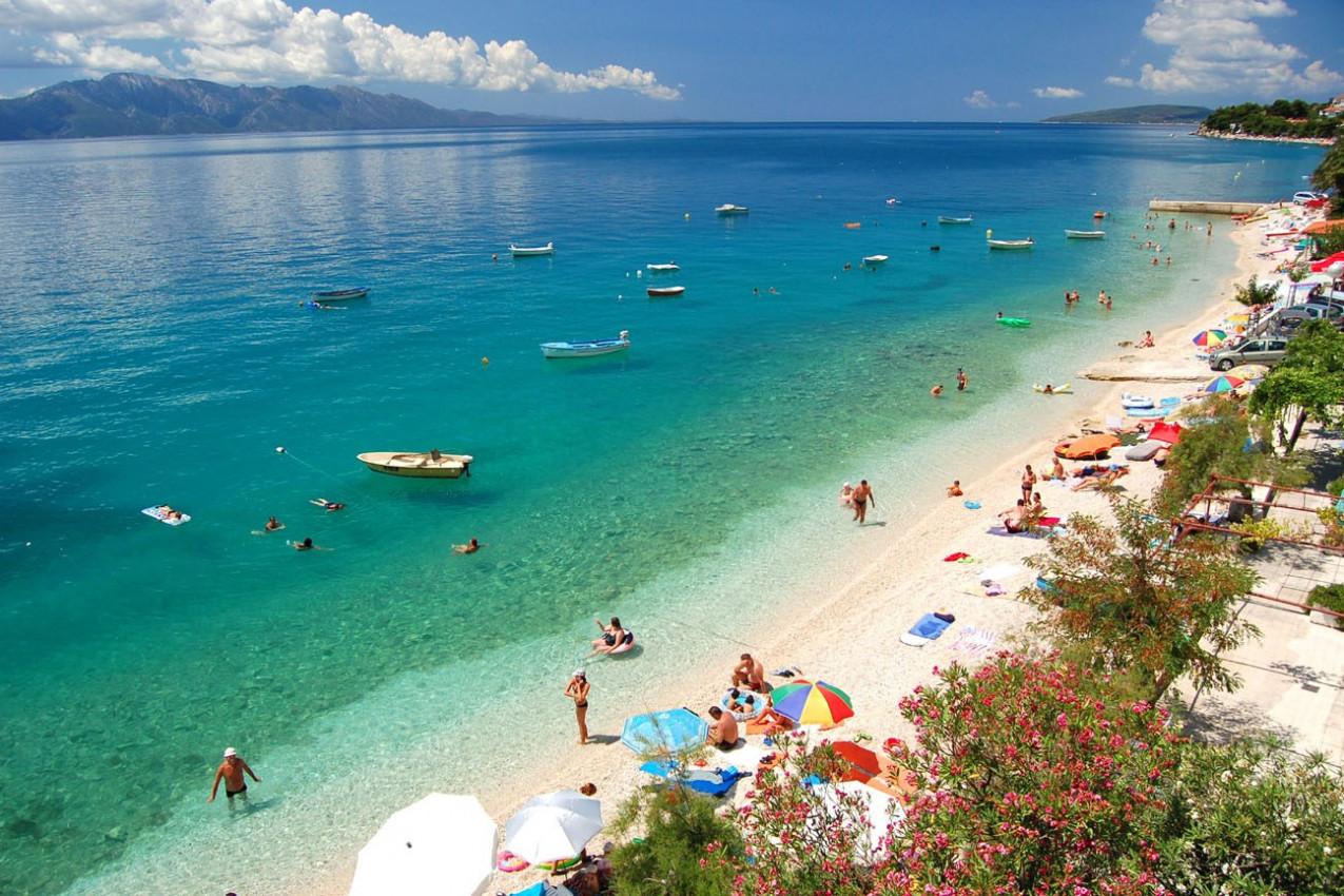 Vista da praia Dalmatian em Brist, Croácia