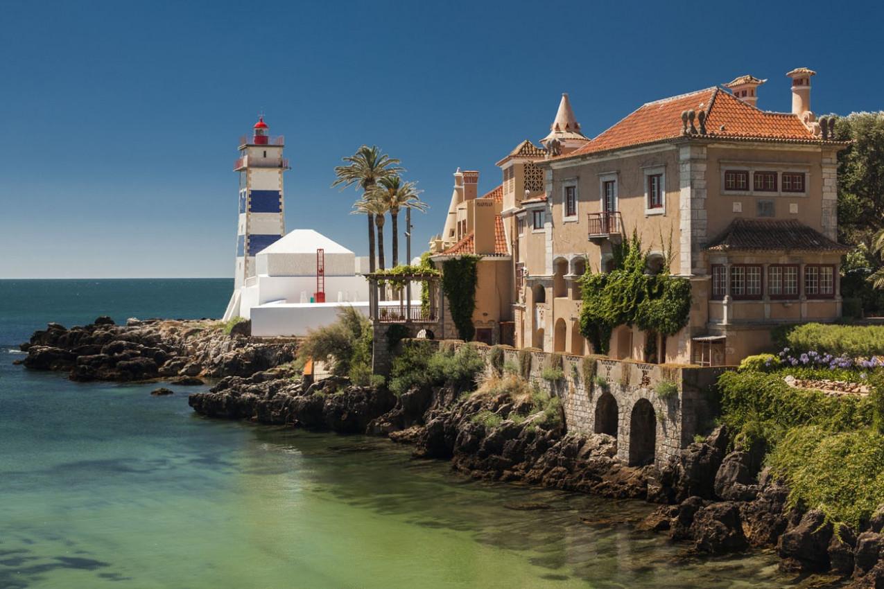 Vista do Farol de Santa Marta e Museu Municipal de Cascais, em Portugal.