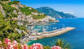 Vista do famoso cartão-postal da Costa Amalfitana com belo Golfo de Salerno, Campânia, Itália