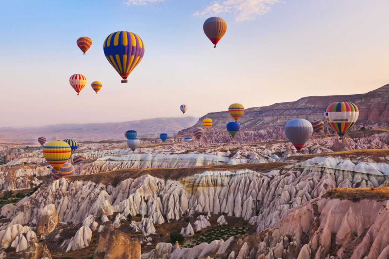 Vôo de balão de ar quente sobre a paisagem rochosas na Cappadocia Turquia