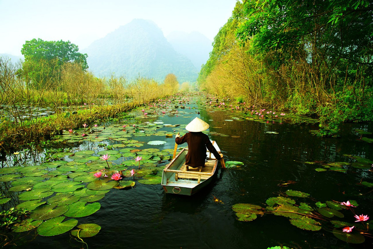 Yen córrego no caminho para Huong pagoda no outono, Hanoi, Vietnã. Paisagens Vietnã.